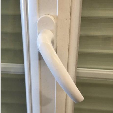 SAV et réparation poignée fenêtre, serrure, mecanisme fenêtres, porte cassée et défectueuse